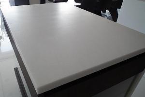 Pracovná doska z bieleho mramoru Bianco Neve v povrchovej úprave Leatherfinish.