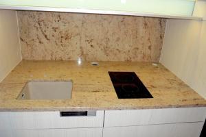 Žulová kuchynská doska Shivakashi so spodnou montážou drezu.