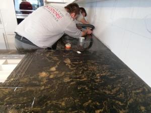 Montáž kuchynskej dosky Titanium Gold Srasshof Stonestore