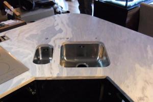 Mramorová kuchynská doska so spodnou montážou drezu.