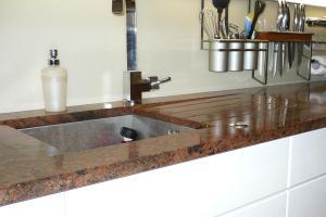 Kuchynská doska Multicolor so spádovanou plochou a odtokovými drážkami.